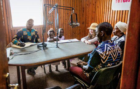 Die Mathematik-Lehrerin und Journalistin Robinah Manufuka spricht mit kleinen und großen Gästen…