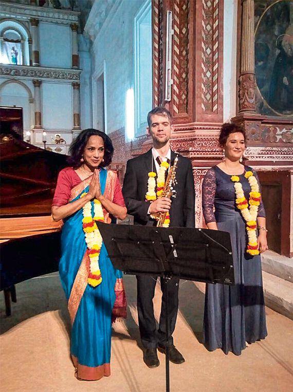 MusikerInnen bei einem Konzert in einer Kirche