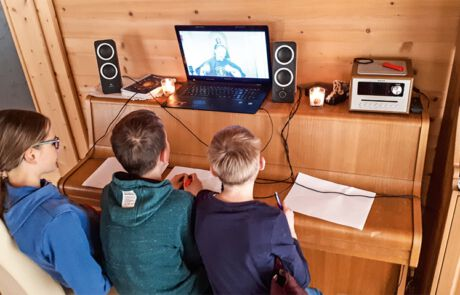 Kinder, die den Livestream am Laptop mitverfolgen