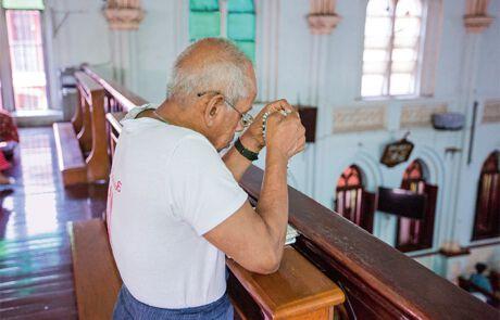 Vor dem Mittagessen betet Noel den Rosenkranz in der Kirche des Pflegeheims
