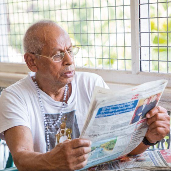 Noel Roy liest Zeitung