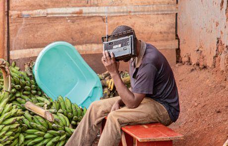 Mittels Radio haben auch die Menschen in den Slums Zugang zu Informationen.