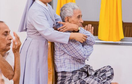 Religionsunabhängig sind alle dazu eingeladen, sich mit Turnübungen fit zu halten