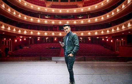 Vincent Bueno auf einer Bühne stehend