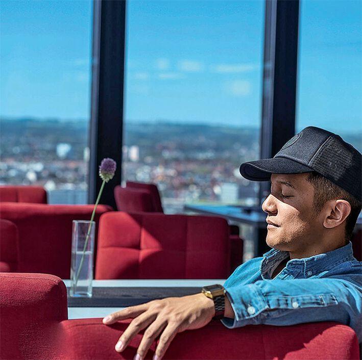 Vincent Bueno in einer Lounge sitzend