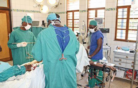 Chirurgen im OP-Saal