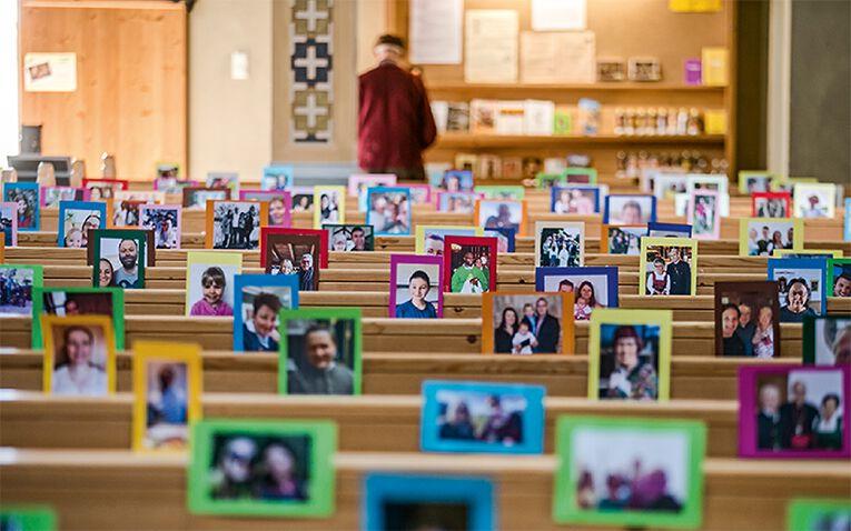 Fotos von 1150 Menschen füllten die Roppener Kirchenbänke.