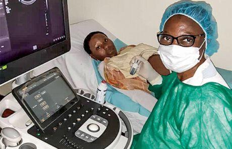 Frau und Ärztin beim Ultraschall