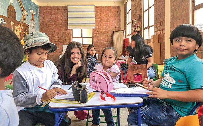 Gabriella Cobzaru mit Kindern in Peru.