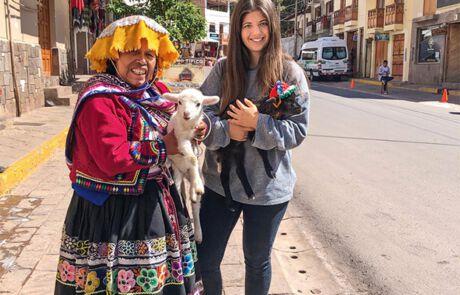 Gabriella Cobzaru und eine Frau mit zwei Lämmern