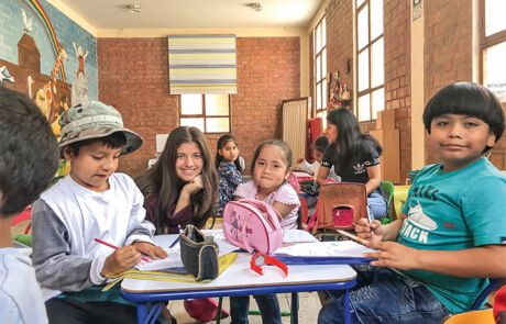 Gabriella Cobzaru in einer peruanischen Schule
