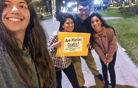 Selfie von Gabriella Cobzaru und peruanischen Freund*innen.
