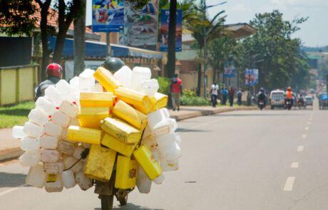Leere Plastikkanister auf einem Moped