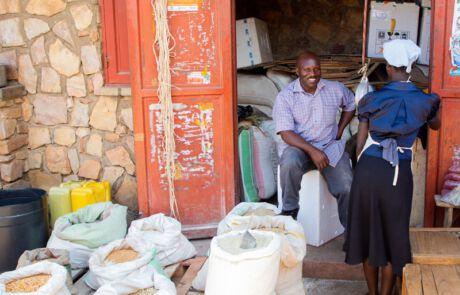 Verkäufer mit Getreidesäcken