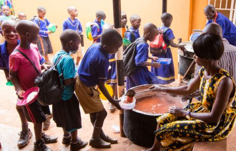 Schulkinder in Essensschlange