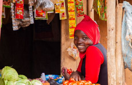 Frau verkauft Gemüse und Gewürze