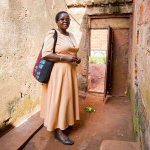 Schwester Lucy vor baufälliger Tür