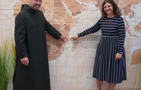 Pater Anastasius und Projekt-Managerin Hannah Siebertz zeigen den Standort unseres Sankt-Karl-Borromäus Krankenhauses.