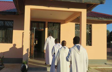 Ordensmänner betreten Gebäude.