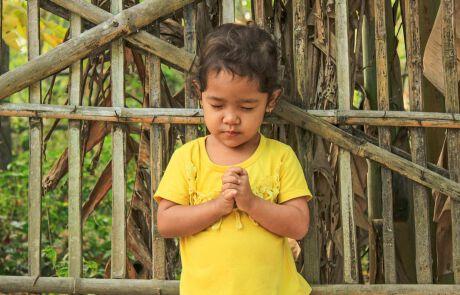 ein betendes Mädchen in Kambodscha
