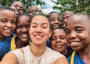 Selfie von Crystel mit Schülerinnen und Schülern