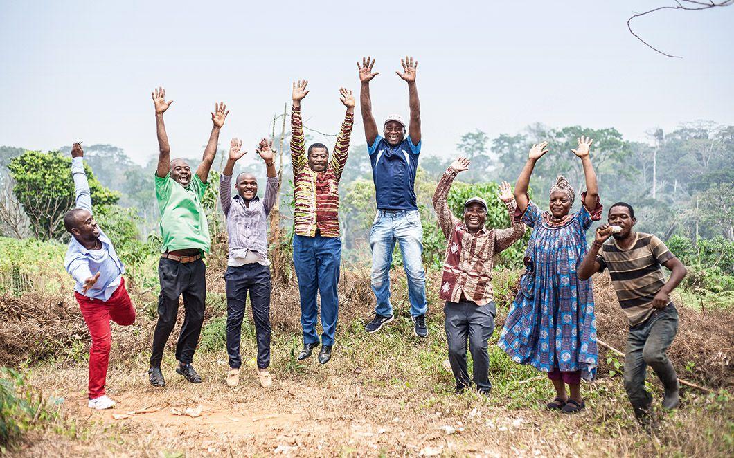 Menschen springen freudig in die Luft