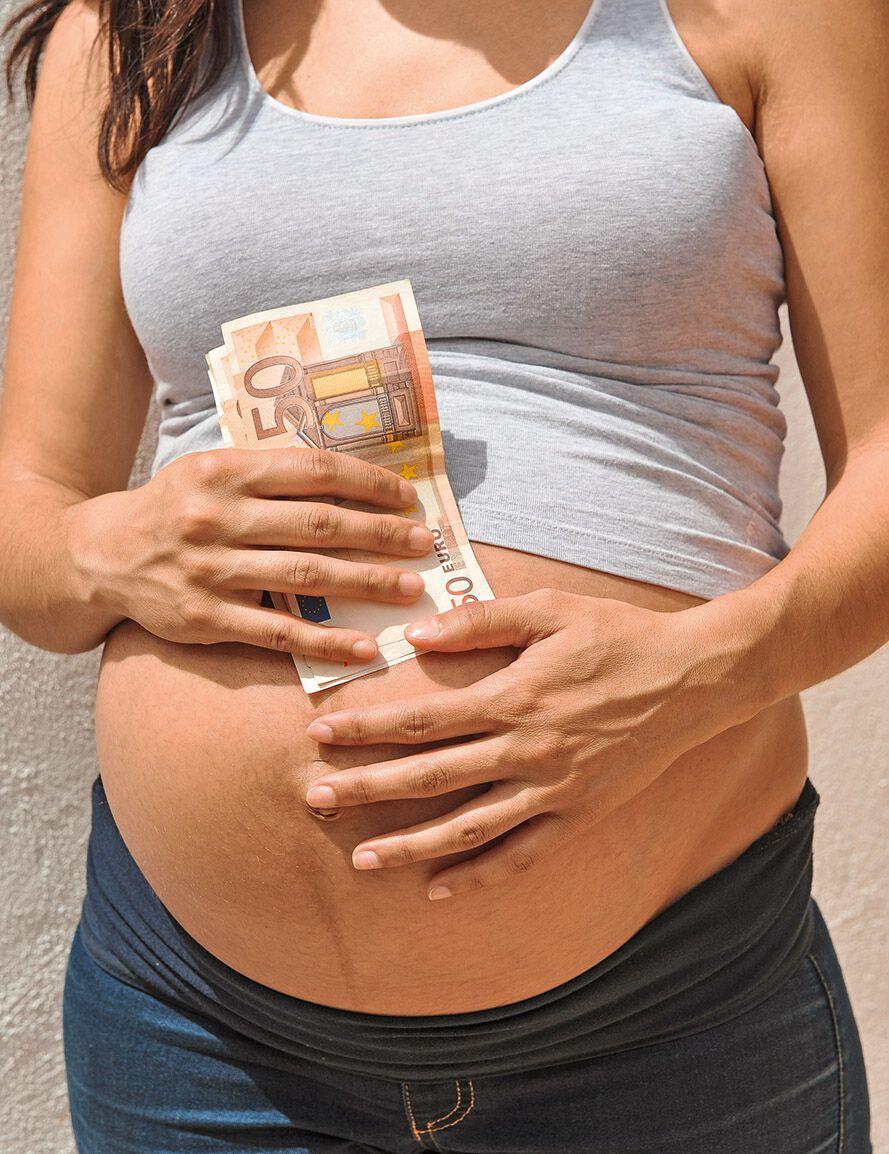 Bauch einer Schwangeren mit Euroscheinen