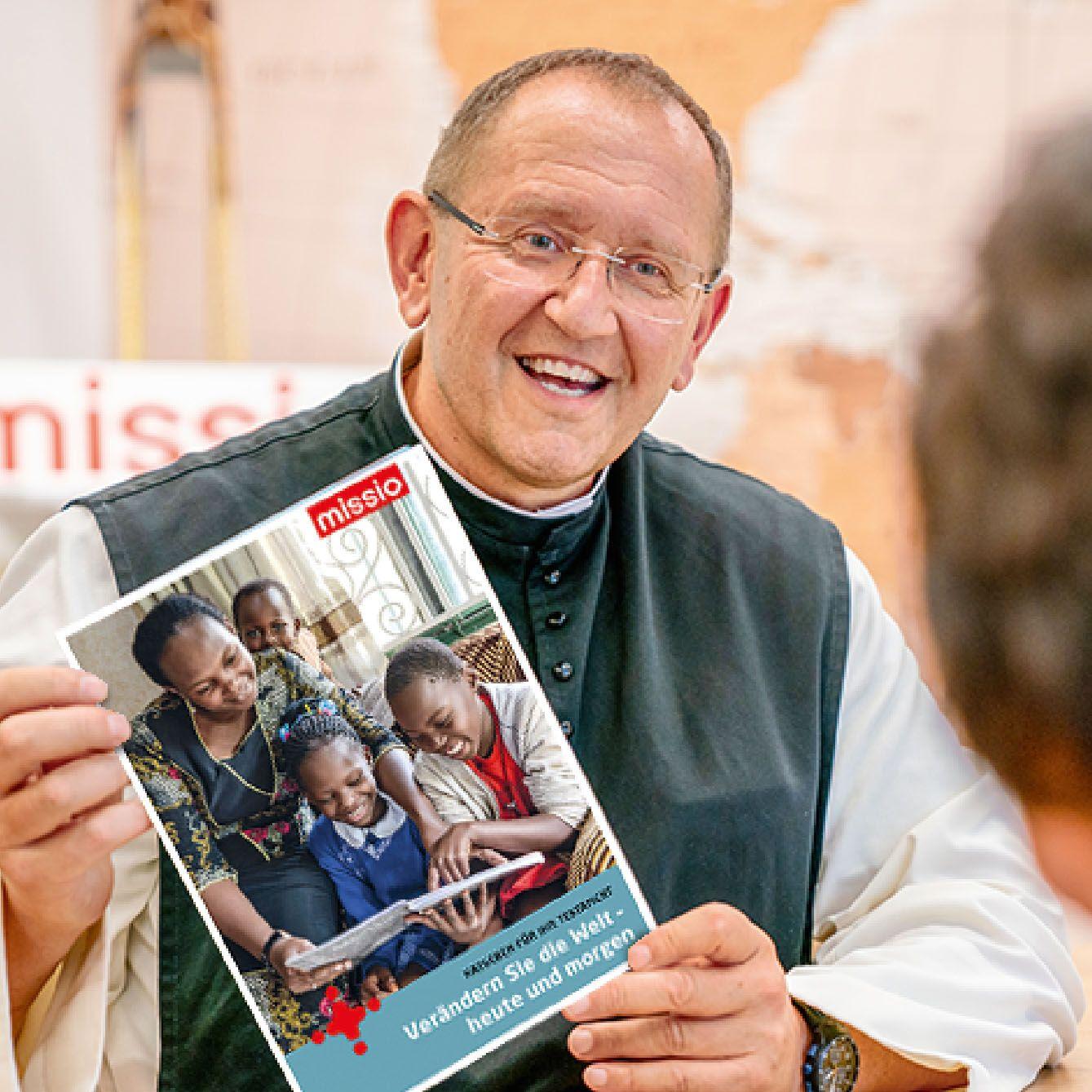 Pater Karl Wallner mit dem Missio-Testamentsratgeber