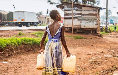 Priscilla holt Wasser…