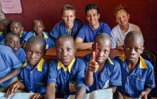 Schüler aus Österreich und Uganda in einer Klasse
