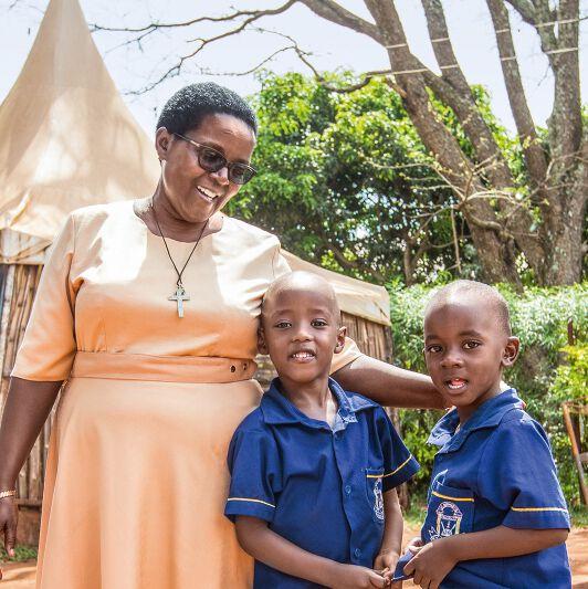 Schwester Lucy Kabagweri und Schüler