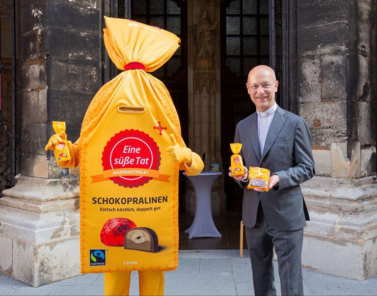 "Jugendaktions Maskotte ""Toni"" und Dompfarrer Toni Faber"