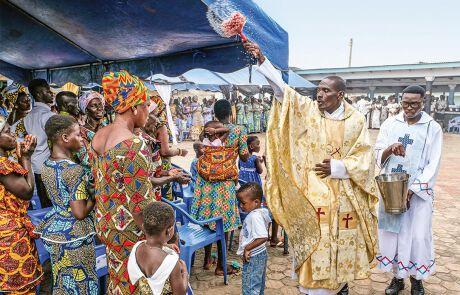 Pfarrer Anthony beim Segnen