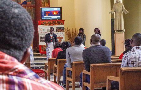 Gottesdienst in der katholischen Kirche St. Franz von Assisi in der alten Königs- stadt Fes. Die Liturgie wird in einem Mix aus Französisch, Portugiesisch und afrikanischen Sprachen gehalten.