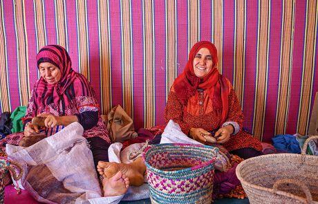 Berberfrauen bearbeiten in einer Kooperative Argannüsse für das begehrte Öl. Gerade im ländlichen Raum ist Armut weit verbreitet.
