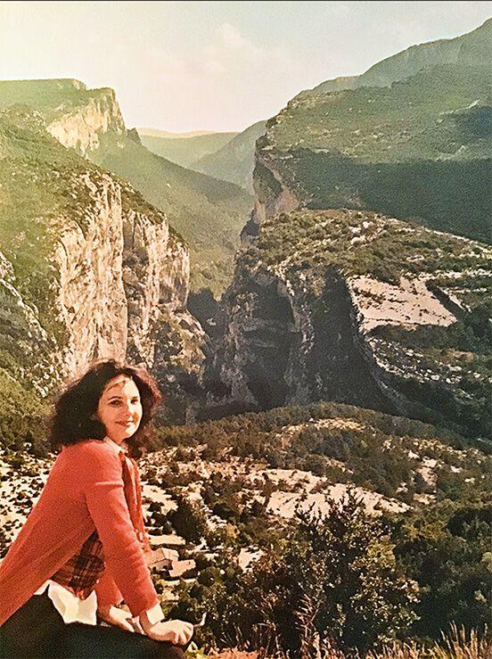 Mijou Kovacs vor einer Berglandschaft