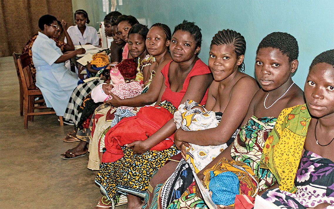 Mütter mit ihren Babies, die beim Arzt warten