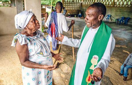 In Neu-Nzulezo berät sich Pfarrer Anthony mit Mame Nwiah, einer bekannten Heilerin: Zu ihr pilgern Menschen aus dem ganzen Land.