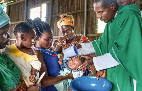 Sechs neue Mitglieder kann Pfarrer Anthony durch die Taufe in der Christkönig-Kirche in die Gemeinde des Stelzendorfes aufnehmen.