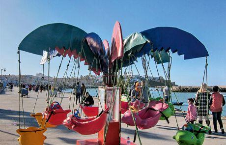 Am Wochenende flanieren marokkanische Familien an der Uferpromenade der Hauptstadt Rabat.