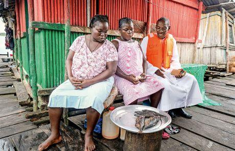 Die historischen Pfahlbauten locken Besucher aus der ganzen Welt nach Nzulezo.