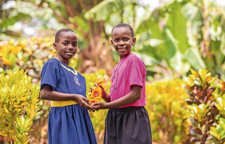 Zwei Mädchen mit Missio-Schokopralinen in der Hand