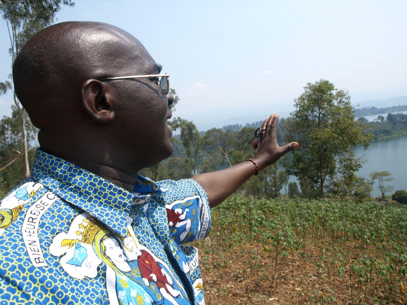 Pater Ubald Rugaringoga überblickt den Kivu-See