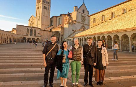 Tomoko Mayeda mit Freundinnen und Freunden in Assisi
