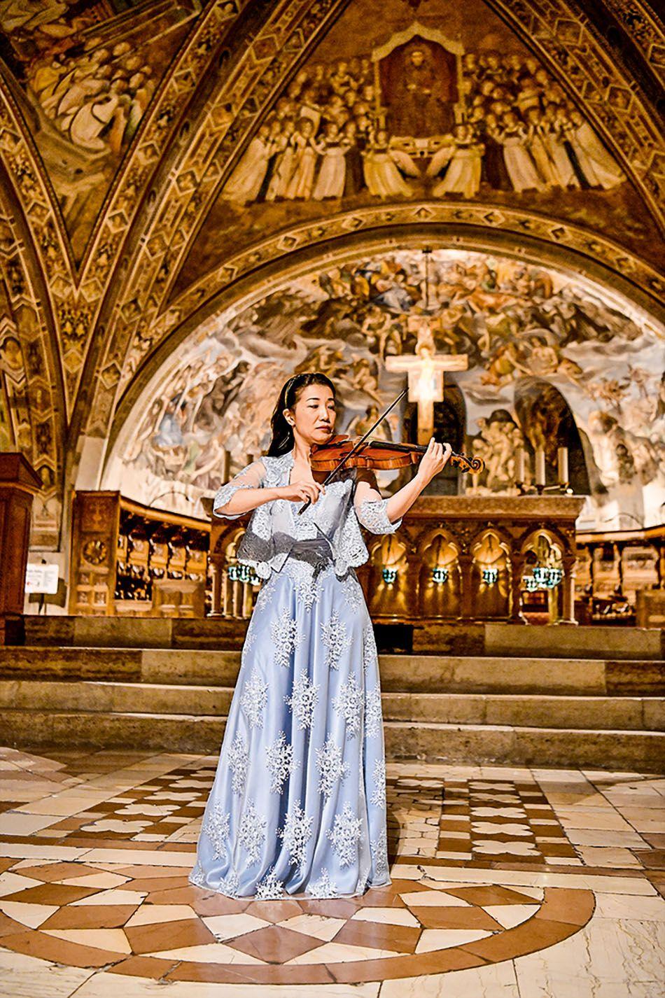 Tomoko Mayeda in einer Kirche
