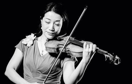 Schwarz-Weiß Porträt von Tomoko Mayeda