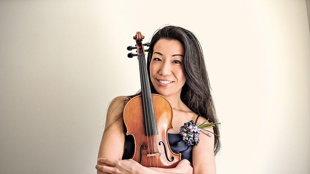 Tomoko Mayeda mit Violine