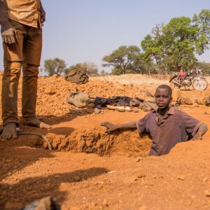 Kinder graben in den Minen nach Gestein