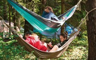 Die jungen Erwachsenen schliefen in Zelten und entspannten in Hängematten.