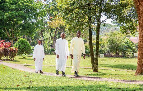 Drei Priester in einem Park